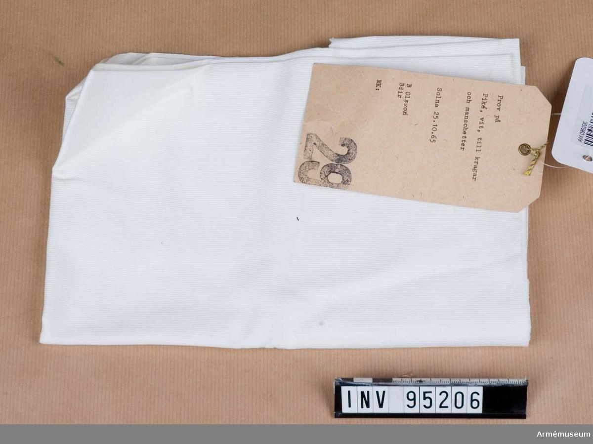 """Text på etikett: """"Prov på piké, vit, till kragar och manchetter. Solna 25.10.65. B Olsson Bdir. MK:"""""""