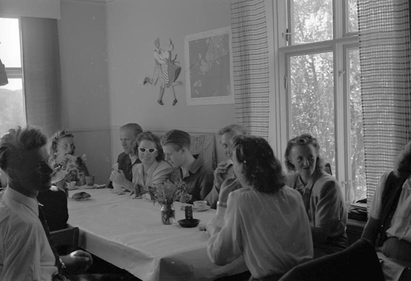"""Text till bilden: """"Ålevik. Lysekils Folkdansgille. 1947.09.07""""."""