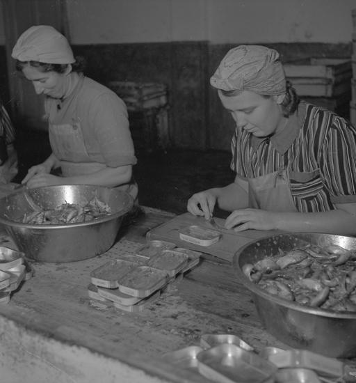 """Text till bilden: """"Lysekil. Luckeys. Inläggning av ansjovis. 1942"""""""