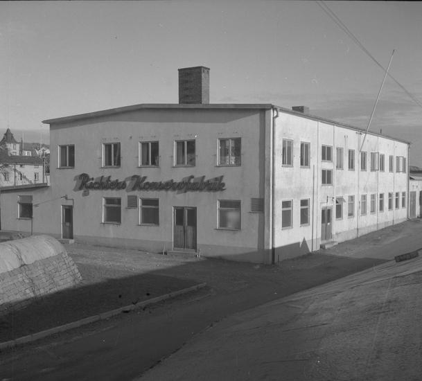 """Text till bilden: """"Lysekil. Exteriör. Richters Konservfabrik. 1953.12.03"""""""