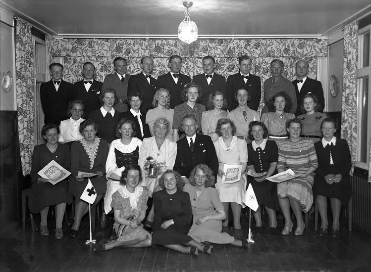 """Text till bilden:""""Uddevalla Röda kors 13/5 1944""""."""