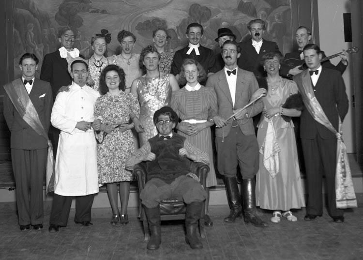 """Text till bilden:""""Gruppbild. V. U. Skolan 15/3 1941""""."""