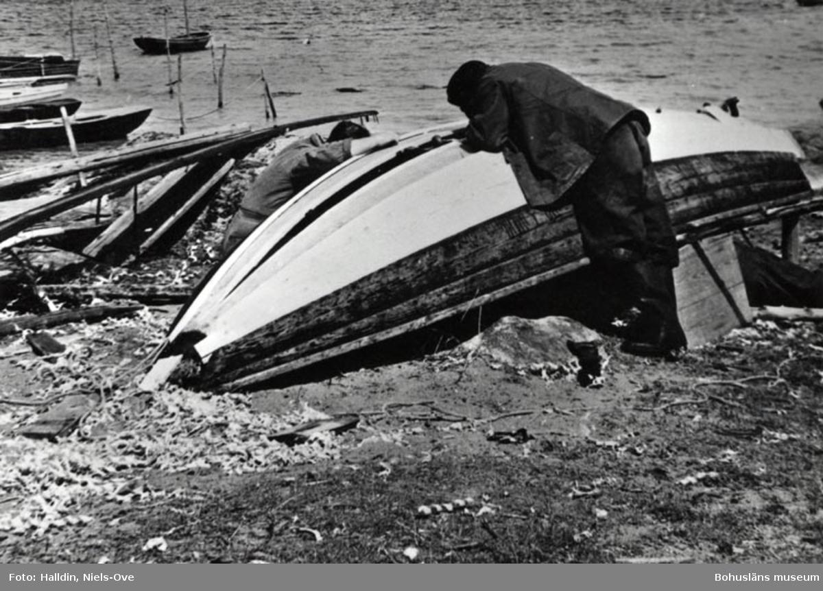 """Erik (t.h.) och Sven """"Nordskogen"""" förser ekan med nya bord ! Skäret våren 1938."""