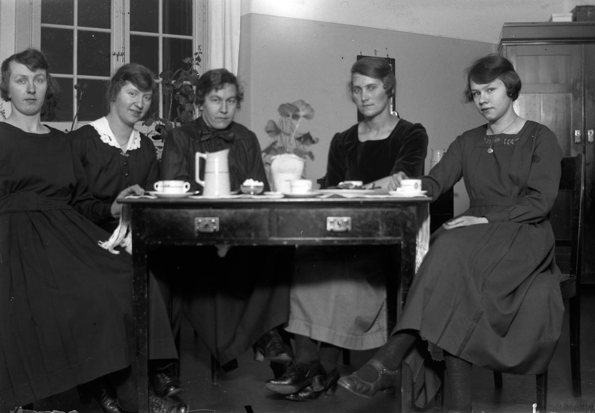 Lungkliniken i Eksjö. Fem kvinnor sitter runt ett bord och fikar. I bakgrunden syns ett fönster och ett skåp.