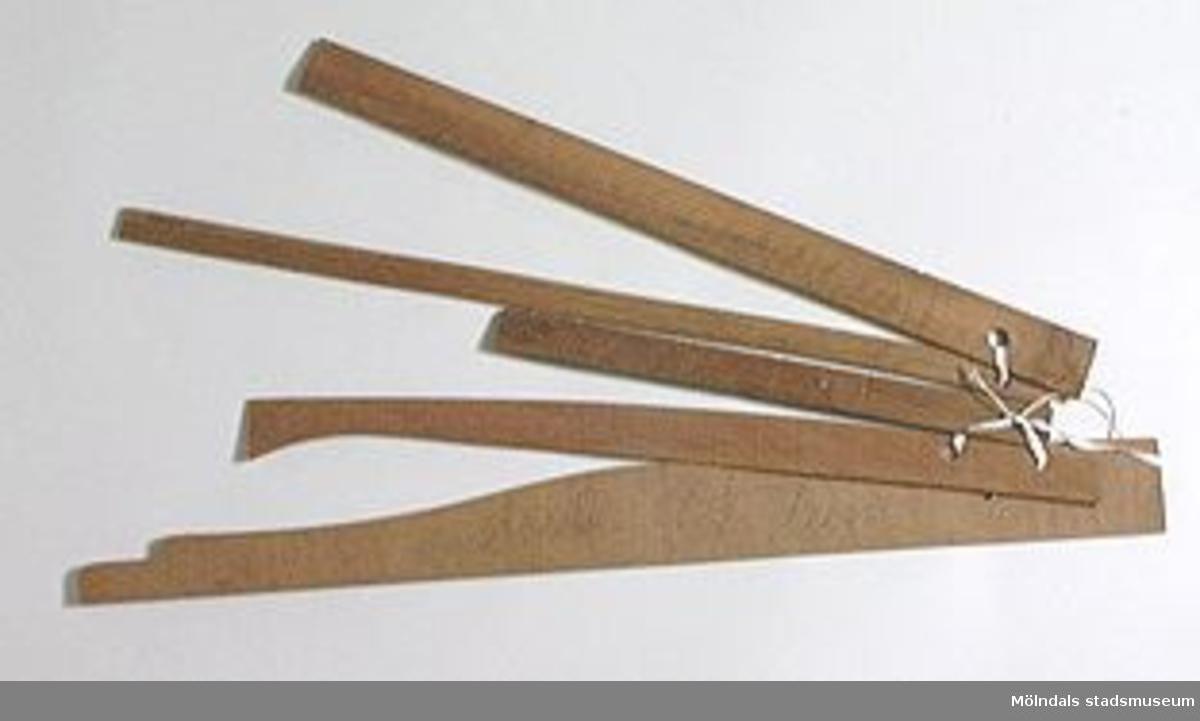 Möbelmall av trä, vars exakta funktion är svår att identifiera. En av fem mallar (med Mölndals stadsmuseums föremålsnummer 00296-00300), ihopsatta med snöre. Litteratur: Red. Särnstedt Bo, Lindome Västsvenskt möbelsnickeri under 300 år, Stockholm 1977. Utställningskatalog från Liljevalchs Konsthall 1977-06-30 - 1977-09-11. Se sid 22-23 för historik kring fam. Thorsson.Mölndals Museum Lindomemöbler, Länstryckeriet Göteborg 1994. Utställningskatalog innehållande kapitel rörande familjen Thorssons verksamhet.