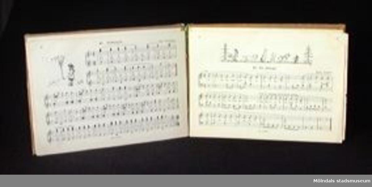"""Zoja Orlowskaja och Malin Sundelin: """"Det var en gång en liten gris"""", Sthlm, 1939. 32 sidor. Sammanbunden med Malin Sundelin: """"Vi kan sjunga och spela"""", Sthlm, 1937.24 sidor. En papperslapp finns uppklistrad innanför pärmen, från 1952. 13 st titlar på sagor eller sånger. Grönt omslag med etikett på märkt: VI KAN SJUNGA OCH SPELA."""