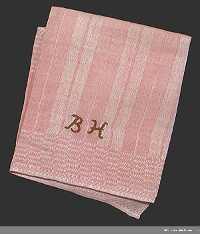 Rosarandig handduk. Korsstygnsmonogram BH i brunt.