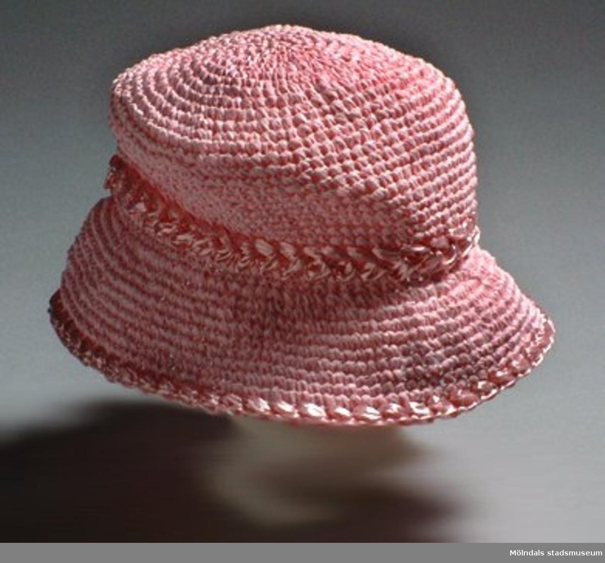 En rosa damhatt, ev. solhatt. Låg tillsammans med klädpåse (MM03434) med dateringen 14 oktober 1937.
