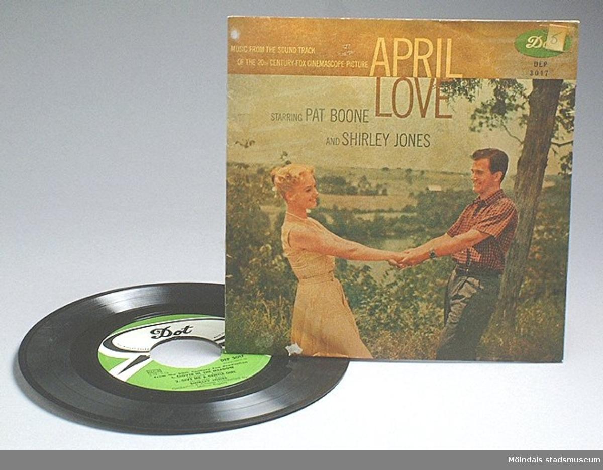 """EP-skiva (:1) """"April love"""" med Pat Boone och Shirley Jones. Skivfodral (:2) med sångarna avbildade."""