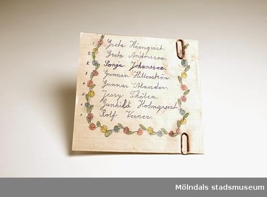 Handskriven lista över alla lärare i Kållereds skola år 1955. Siffran till vänster om namnet talar om vilken årskurs läraren hade. I årskurs 2 fanns två klasser, i övriga bara en. I den vikta sidan sitter två gem.Givaren (Karin Hansson, Pettersson ogift) skrev denna lista när hon var åtta år och gick i andra klass. Hon ritade, målade och dekorerade gärna. Hennes fröken hette Sonja Johansson. Relaterat motiv: 03950.