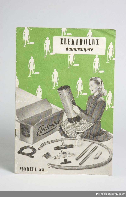 Informationsbroschyr för en dammsugare av märket Elektrolux, modell 55. Hela broschyren/manualen inklusive framsidan, innnehåller en mängd fotografier (och illustrationer?) i gråskala samt detaljer i grönt och vitt. Framsidesbilden föreställer en kvinna med sin nya Elektroluxdammsugare med alla dess tillbehör uppackade på golvet.