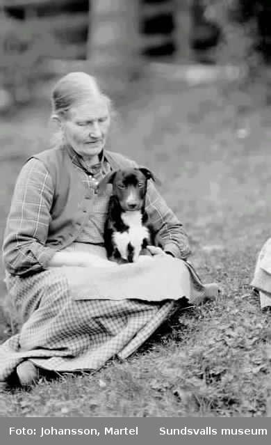 Ev. A Persson, i gräset med en hund i knät.