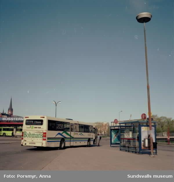 Reklambilder på bussar, husfasader, reklampelare, skyltar i centrum.