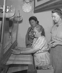 Tre kvinnor och en vävstol