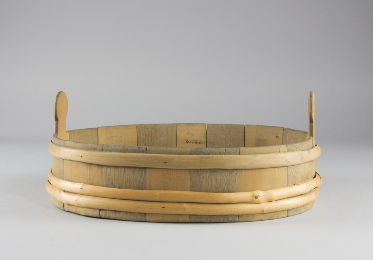 Mjölkbunke i gran och ek. Laggat, med sammanhållande trävidjor. Oval till formen, två handtag.
