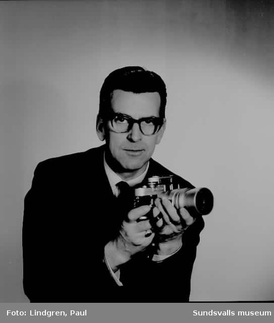 Porträtt (själv?-) av fotograf Paul Lindgren taget den 31 dec 1962.