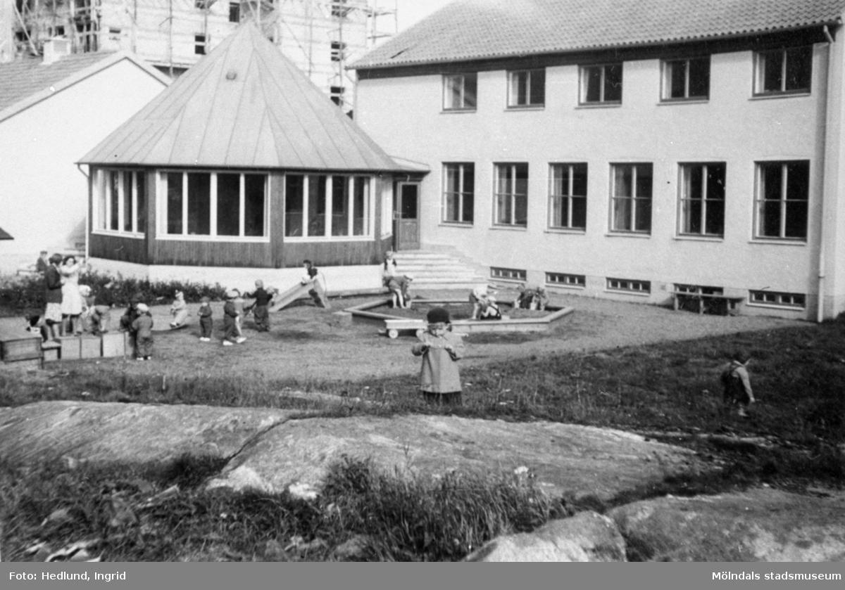 Lärare och barn utomhus vid ett daghem i Guldheden, Göteborg, 1940-tal.