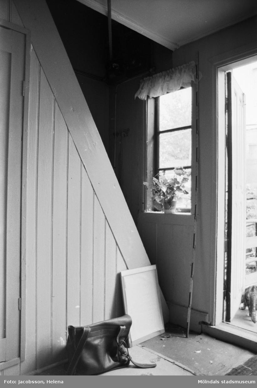 """Interiörbild i bostadshus på Roten M 18 i Mölndals Kvarnby, 1972. Bostadshuset har en kvarvarande """"brygga"""" utanpå. Se bild 1991:1106."""