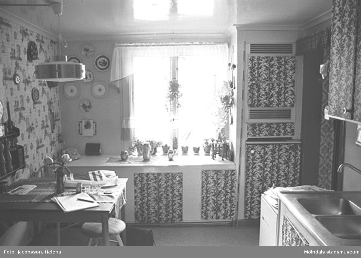 Kök i bostadshus på Roten M 37 i Mölndals Kvarnby, 1972.