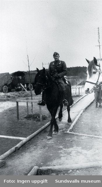 Bataljonschefen major Fredriksen till häst.