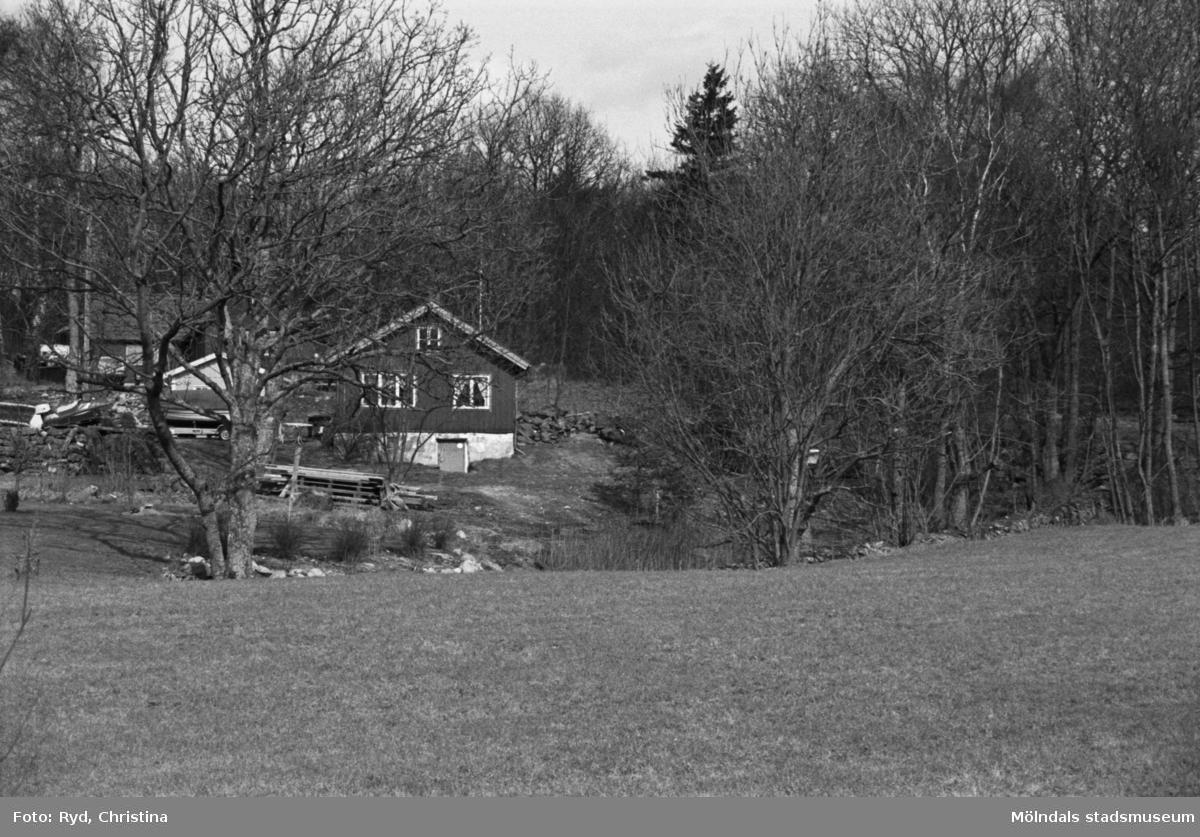 Gård sydväst om Högen i Kållered. Vy från Gamla Riksvägen, 1992.