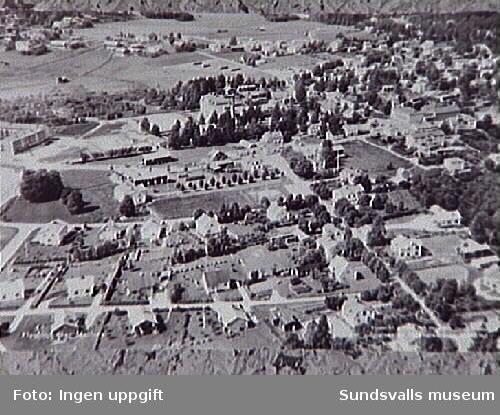 """Bällsta och Sköle i Matfors. Folkets hus byggt 1955, finns med. I bildens övre del syns Sköle """"bondby"""" där den nya vägen byggs."""