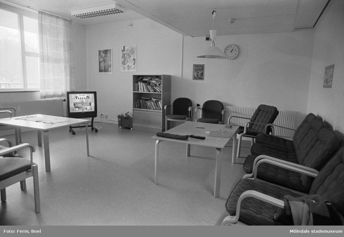 Dokumentation över Sagåsens flyktingförläggning 1992. Ett möblerat allrum med tv, bokskåp och möbler.