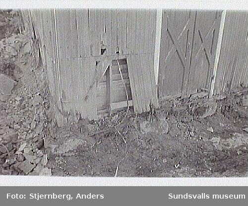 01: Restaurering av förrådsbyggnad, skador i nedre delen.02 Vy över N fasaden där marken grävts upp. Stora skador i grunden.03-04: Lagning av bottensyll, södra och norra långsidan05: Stommen lagas genom skarvning av timret. NV delen av byggnaden06  Vy fr SV