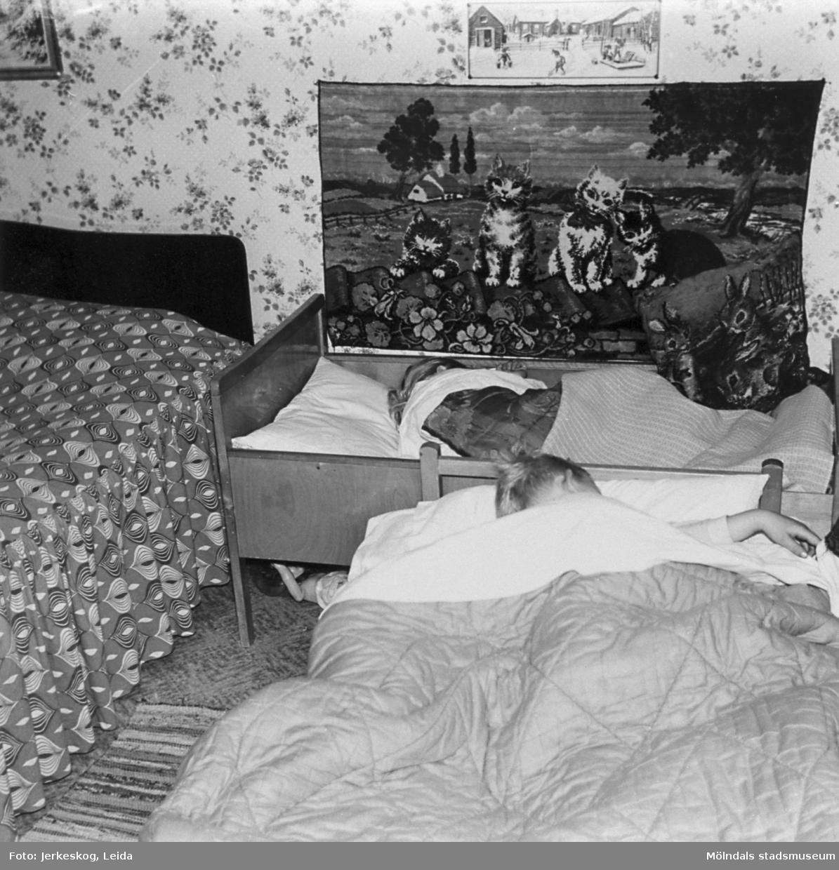 Två sovande barn, Ulf och Marita Jerkeskog, 1957.