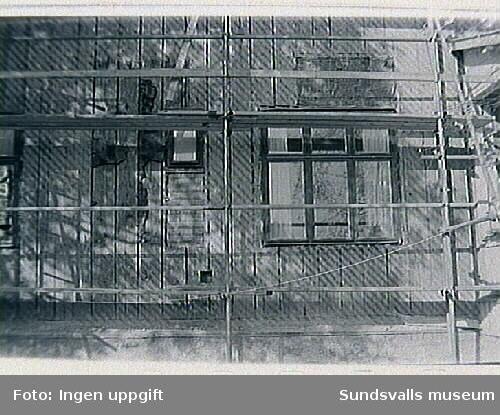 Gamla skolhus.Bild 01 Östra väggen, putsen nedknackad. Igensatt fönsterhål.Bild 02 Östra väggen igensatt (delvis) fönsterhål.Bild 05 Vy från väster över skolplatsen med gamla och nya skolhuset.