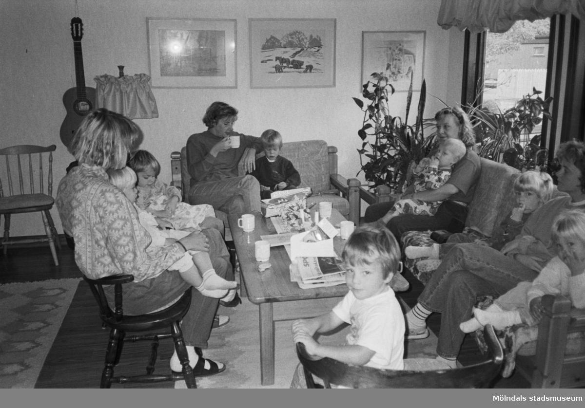 Katrinebergs daghem kl 6.30. Fikarast i personalrummet med bl.a. Ann-Britt Thörnblad med barnen Christoffer samt Anne Blom och Anita Nylén med barn. 1992-93.