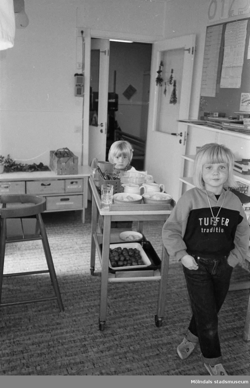 Dagisbarnen Anna-Maja och Rebecka rullar in matvagnen på Hoppetossan, Katrinebergs daghem, 1992.