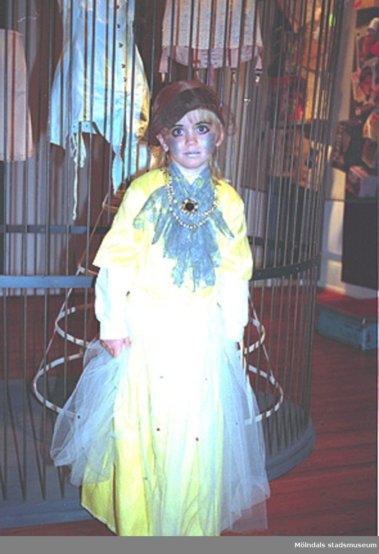 """En flicka som har klätt ut sig. Familjesöndag på Mölndals Museum den 8/10 1995 under utställningen """"Krinoliner och kortkort""""."""