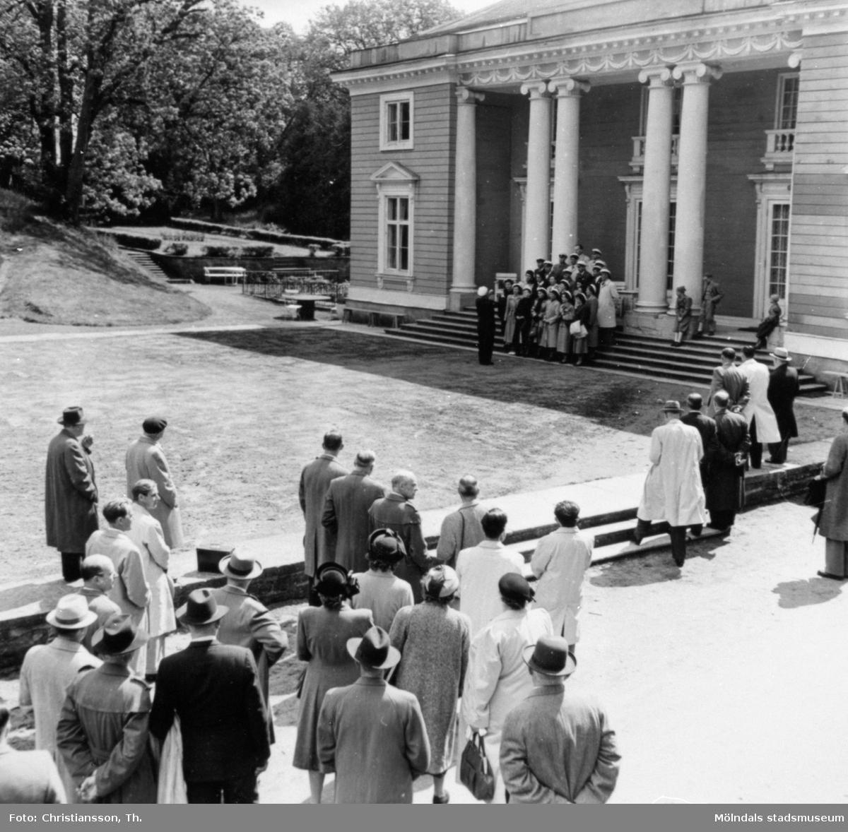 Studenter som sjunger på trappan till Gunnebo slott, 1950-tal.