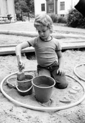 En pojke som leker i sandlådan. Holtermanska daghemmet 1973.