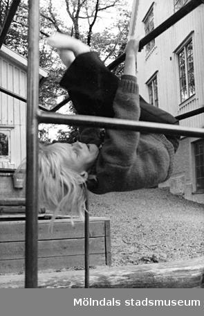 Ett barn i en klätterställning. Holtermanska daghemmet juni 1974.