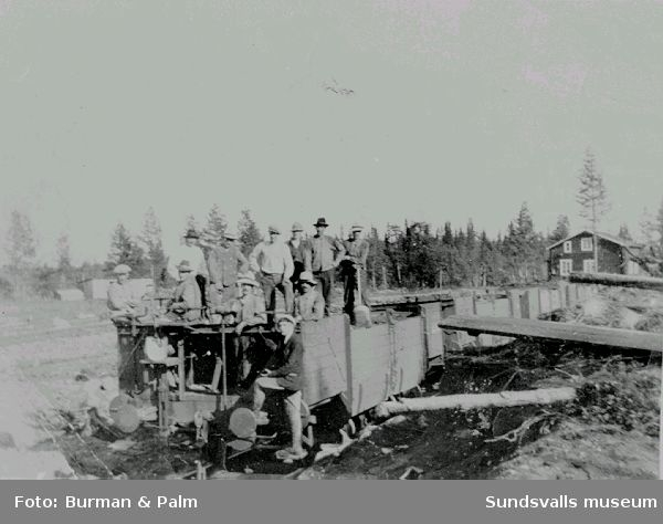 Banarbete. Män på järnvägsvagn.