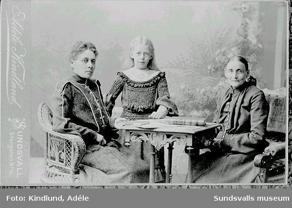 Anna Norberg ( Hilda  Wahlroths  mor),63 år, Hilda Wahlroth,39 år samt Anna-Stina Wahlroth 8 år, ( Nils Wides mor.),Sommaren 1904.