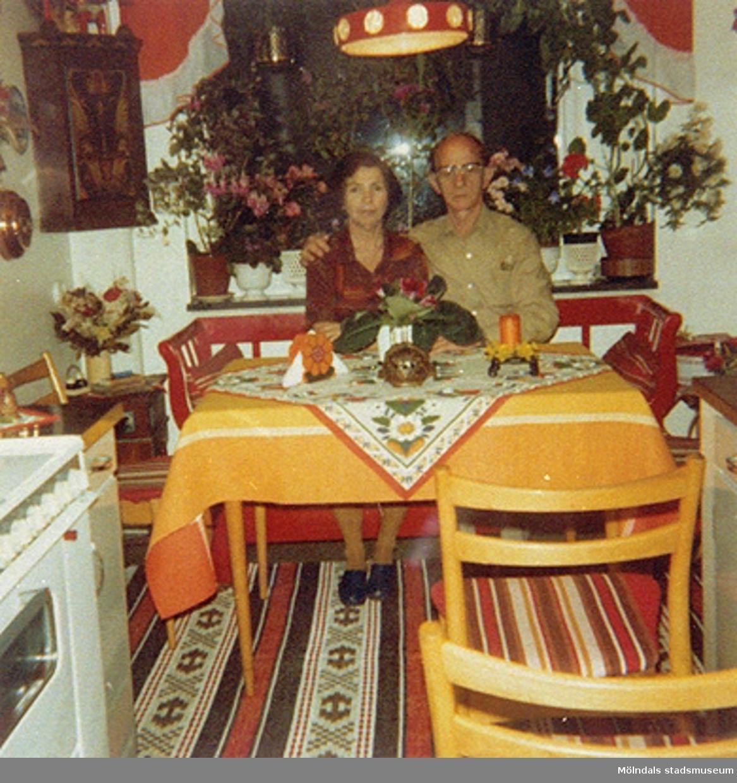 Rosa och hennes Make Zwy i Ragnhild Johanssons kök. På återbesök i Mölndal. Hon bodde 1945-1948 med sina systrar och sin kusin i samma hus som Ragnhild. Ragnhild med man hade en speceriaffär i huset.