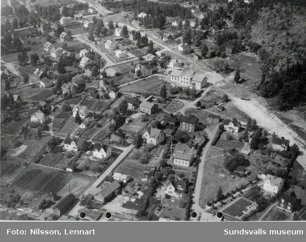 Vy över Skönsberg. Medborgargatan under byggnad. Ortvikens gamla skola mitt i bild, numera (1970) riven.