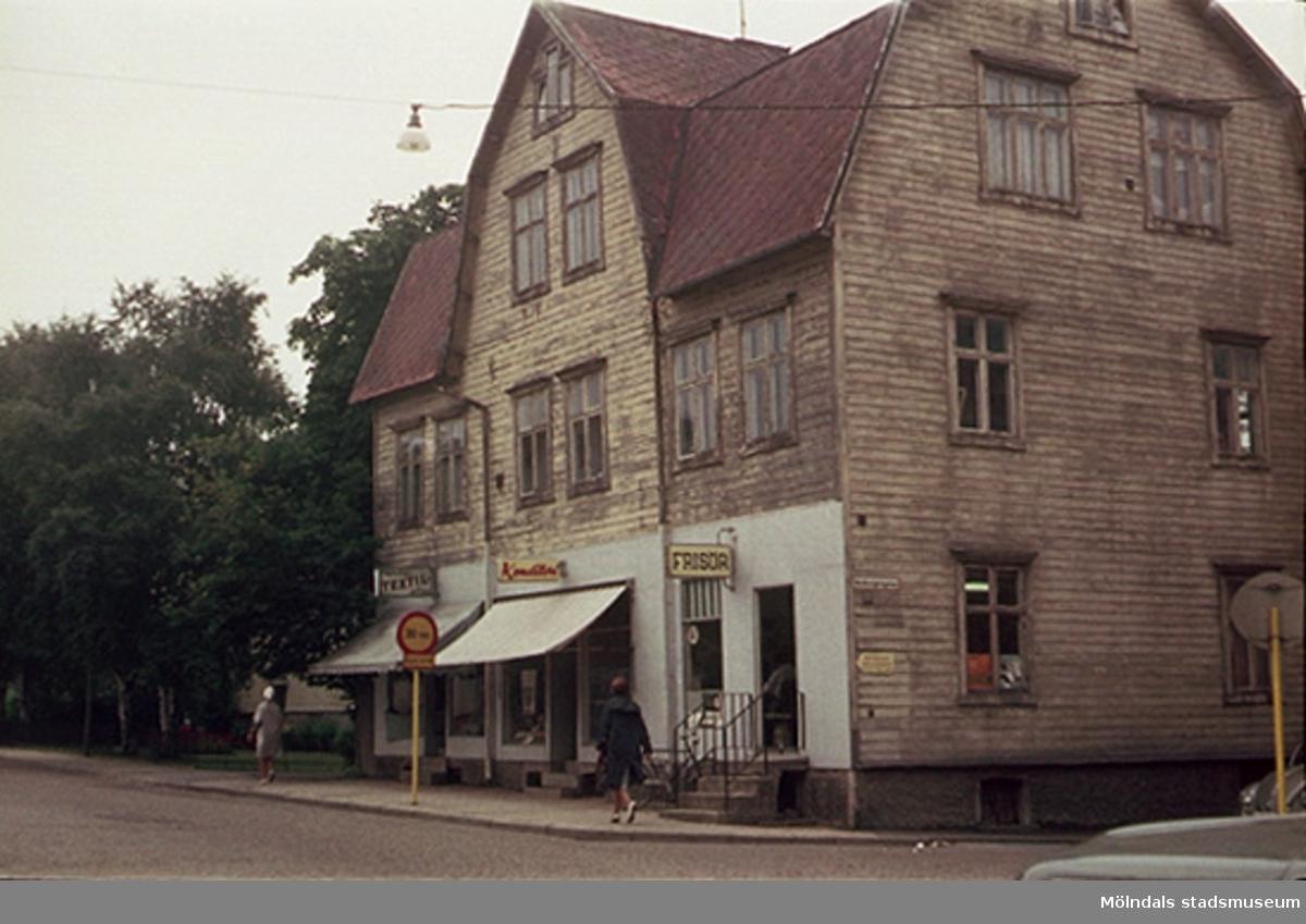 """Huset gick också under namnet """"Lutande huset"""".""""Här stod vi alltid på kö efter skolavslutningen för att få """"bistubb"""" inför sommarlovet"""".Från utställningen om Mölndals bro; """"Mölndals bro - minnen, förändring, framtid"""""""