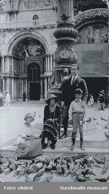 Berthe Grünewald, Sigird Hjertén och Isaac och Iván Grünewald på Markusplatsen, Venedig, sommaren 1920.