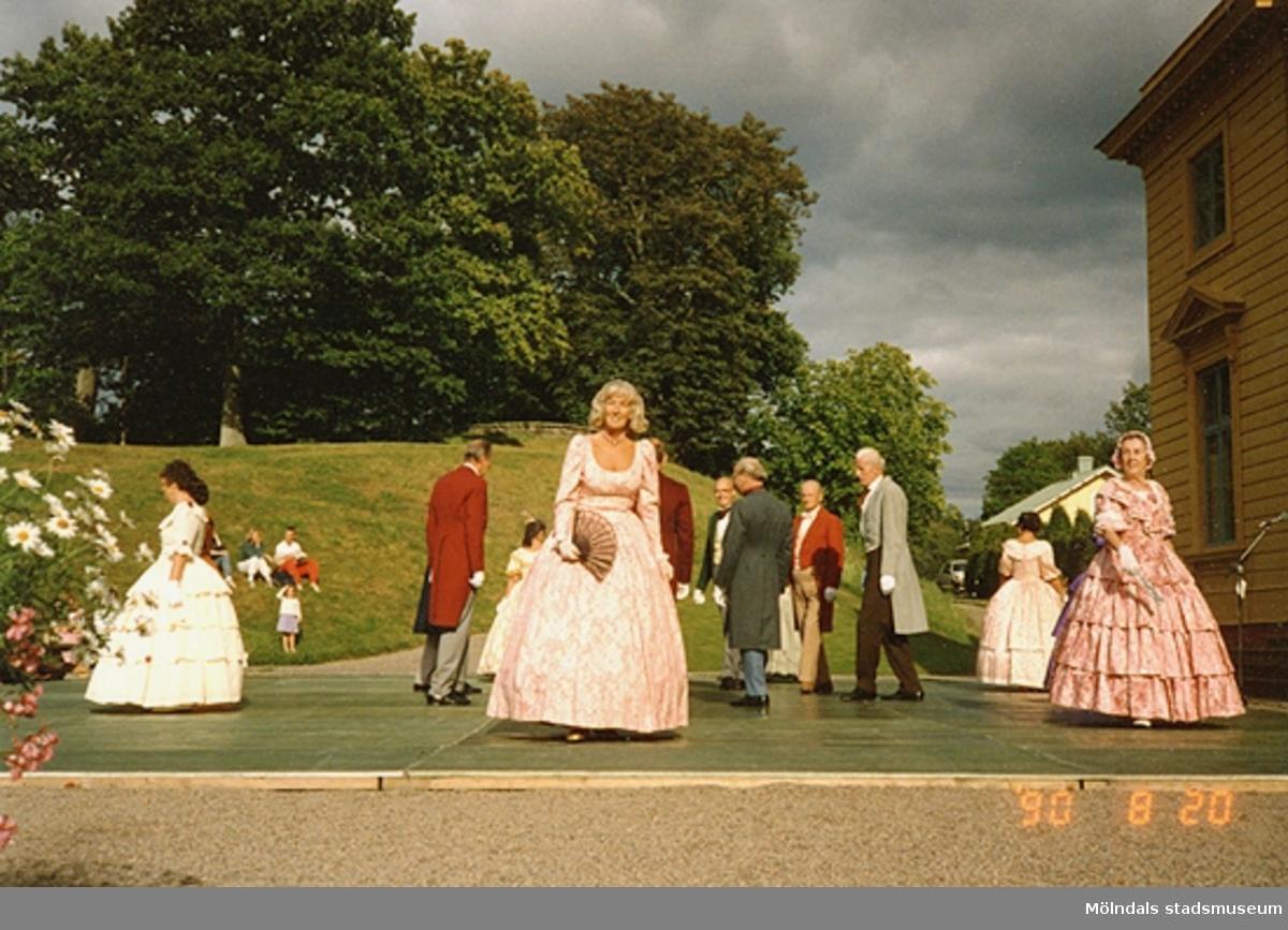 Dansuppvisning framför Gunnebo slott, med dansare i kläder från 1800-talets förra del. 20 augusti 1990.
