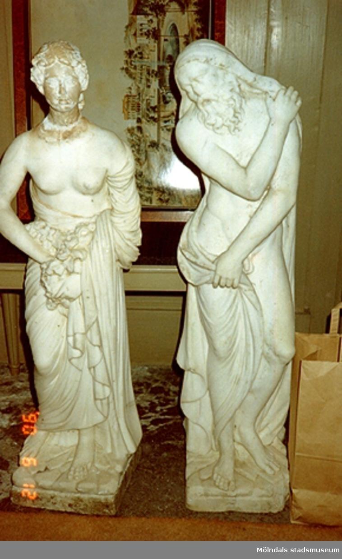 Två skulpturer står på slottet, juni 1990.