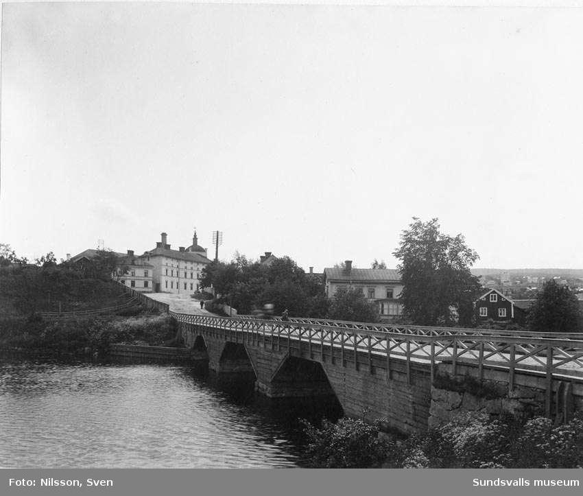 Västra bron (Wiklundsbron, Widesbron, Videsbron) med Grönborgs Bryggeri, från väster.