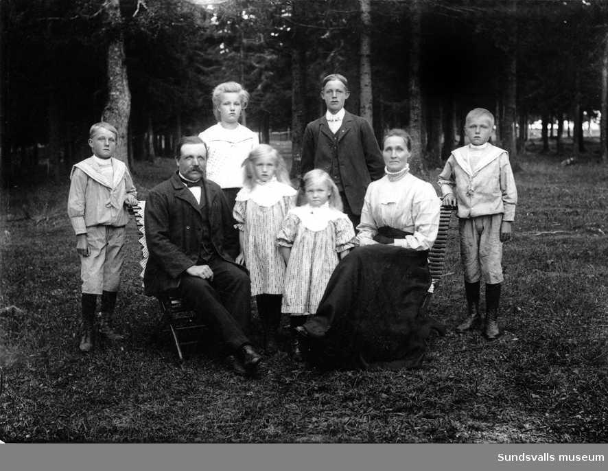 Sågverksarbetare M. Rönnqvist med familj, Hörningsholm, Alnö.