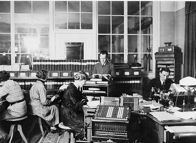 Kansliet 1930. Herrarna är: postassistent Harry Gren t.v. och kontrollör I.R.V. Rosenberg.