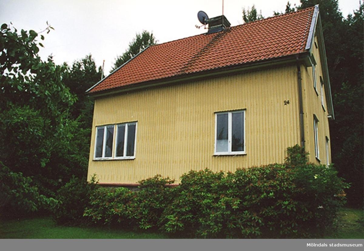Bostadshus, från nordost.Lekevallsgatan 24, Björnmossen 1, Toltorpsdalen. 2000?