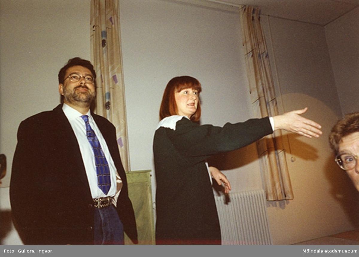"""Staffan Bjerrhede och Mari-Louise Olsson på Mölndals museum, familjesöndagen den 25 oktober 1992.Under söndagen kunde man delta i barnverkstad med käpphästtillverkning, se på modevisning med gamla baddräkter och lyssna på en paneldiskussion om """"samlande"""".Familjesöndagen är i samband med utällningen """"Gammalt skräp eller samlade minnen"""" 23 maj - 29 november 1992."""