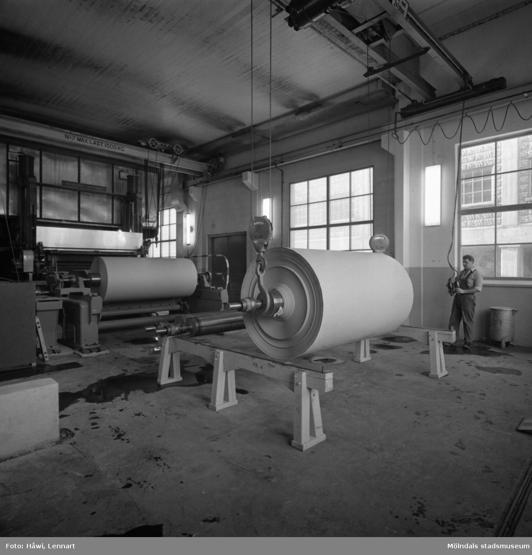 Man i arbete vid PM4, upprullning, på Papyrus i Mölndal, 17/9 1963.